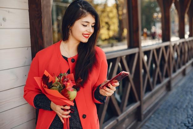 Мода девушка гуляет в летнем городе