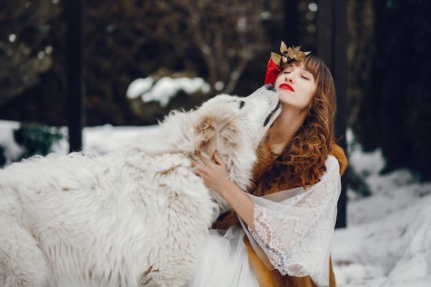長い白いドレスを着たエレガントな女性