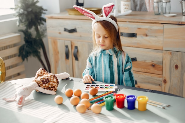 台所に座っている小さな女の子