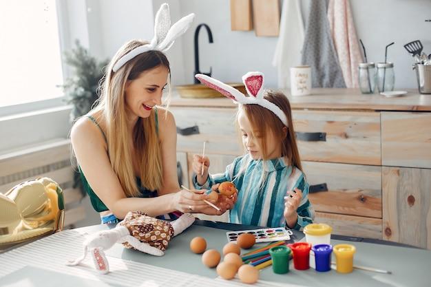 台所で小さな娘を持つ母