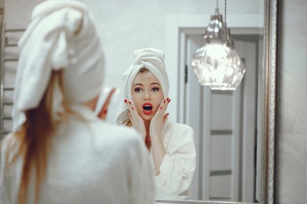 浴室に立っている美しい女性
