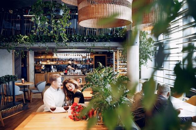 Элегантная пара проводит время в ресторане