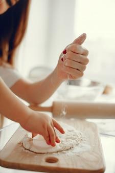 Семья готовит тесто для печенья