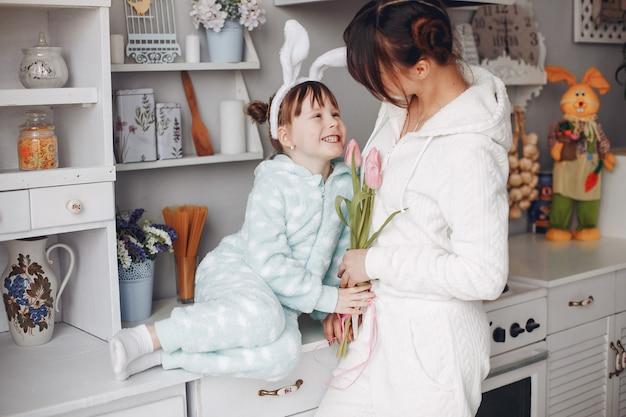 自宅で小さな子供を持つ母