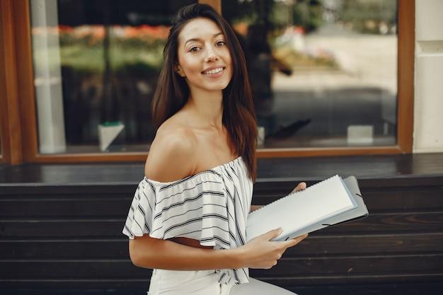 夏の街のファッション女性実業家