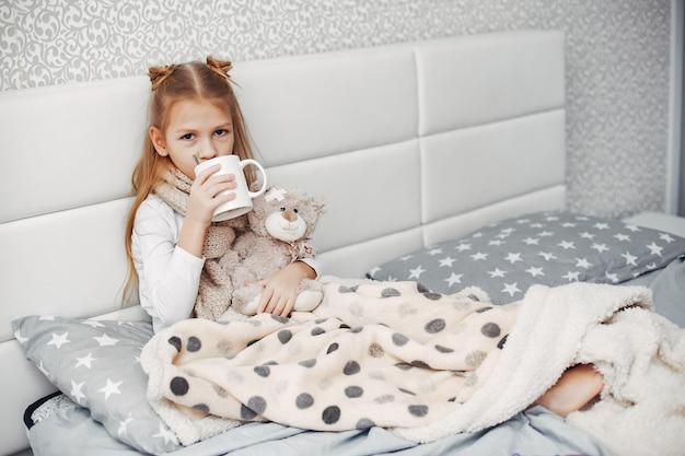 寝室で小さな病気の娘