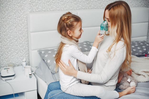 寝室で彼女の病気の娘を持つ母