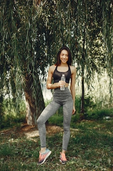 夏の公園で美しいスポーツ少女