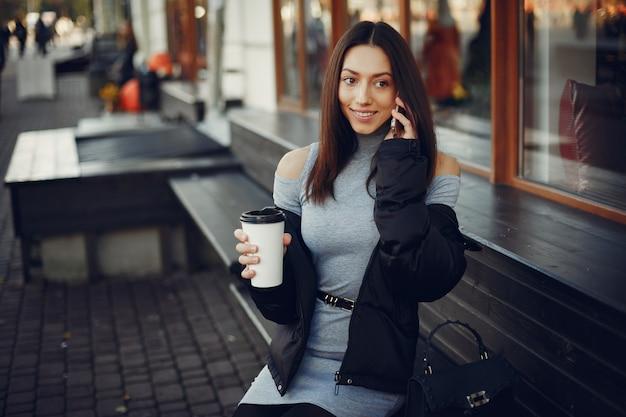 夏の街に座っているファッションの女の子