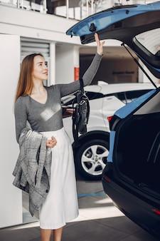 Стильная женщина в салоне автомобиля