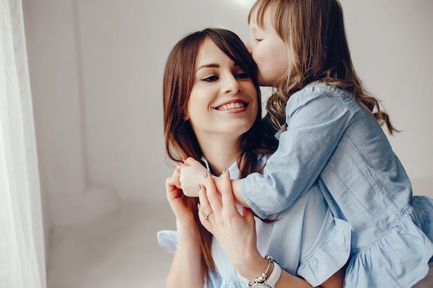 部屋で小さな娘を持つ母