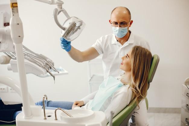 歯科医のオフィスに座っている美しい女の子