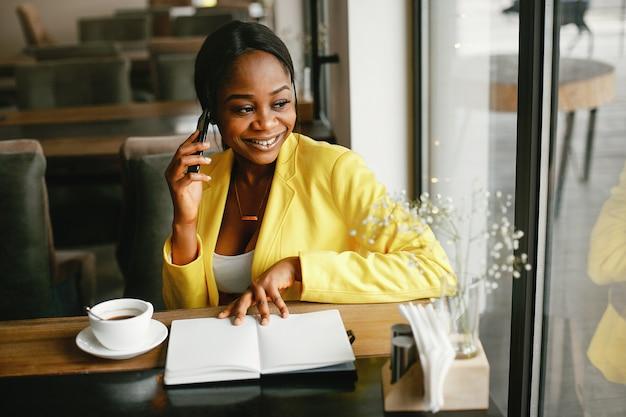 Стильная деловая женщина работает в офисе