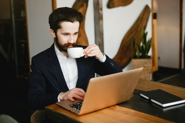 Стильный бизнесмен работает в офисе