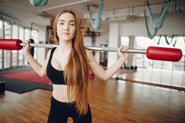 Спортивная девушка в утренней гимнастике