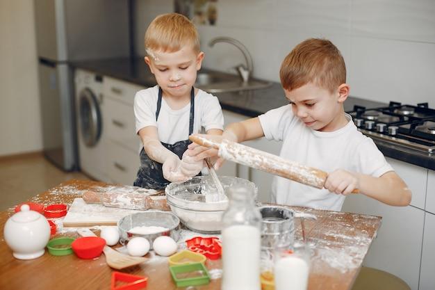 Маленький мальчик приготовить тесто для печенья
