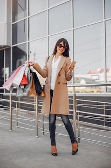 Женщина с хозяйственной сумкой в городе