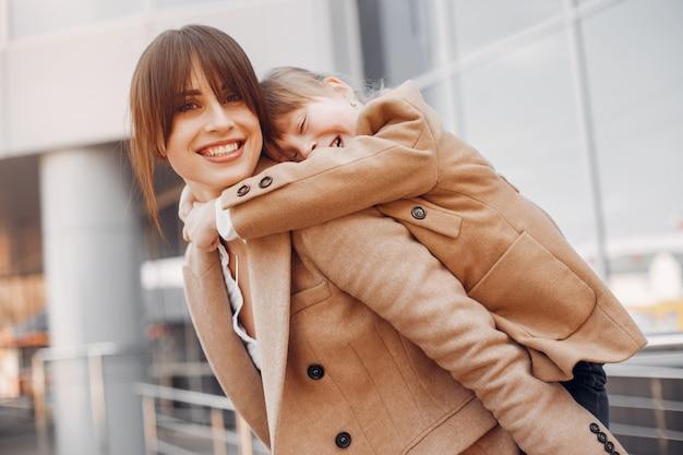 街で買い物袋を持つ母と娘