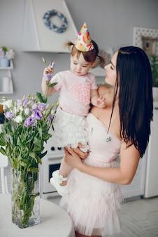 Мать с маленькой дочерью в комнате