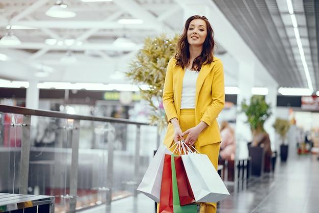 街で買い物袋を持つかわいい女の子