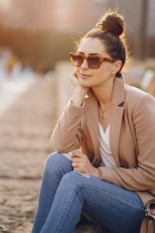 春の公園を歩いてファッションの女の子
