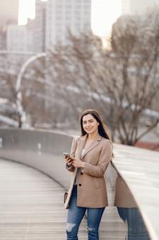 Модная девушка гуляет в парке весны