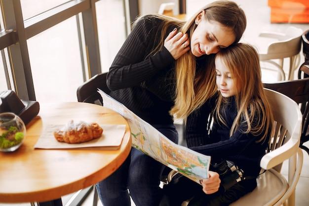 Милая и стильная семья в кафе