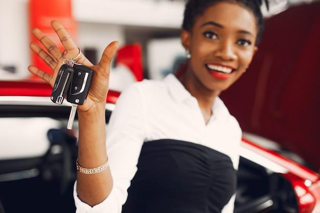 Стильная черная женщина в салоне автомобиля