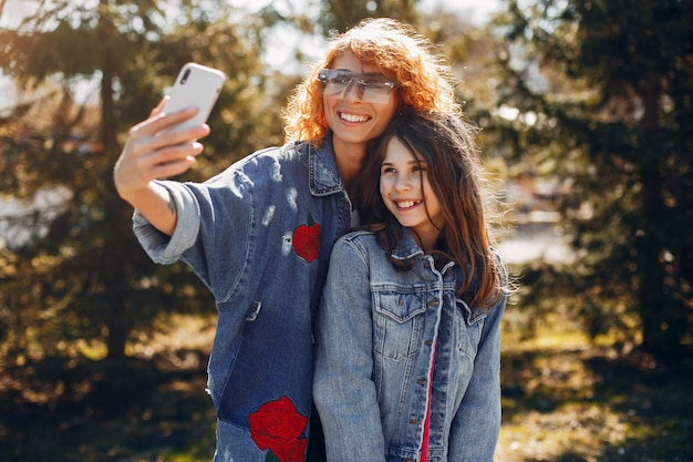 Элегантная мама с дочерью в парке летом