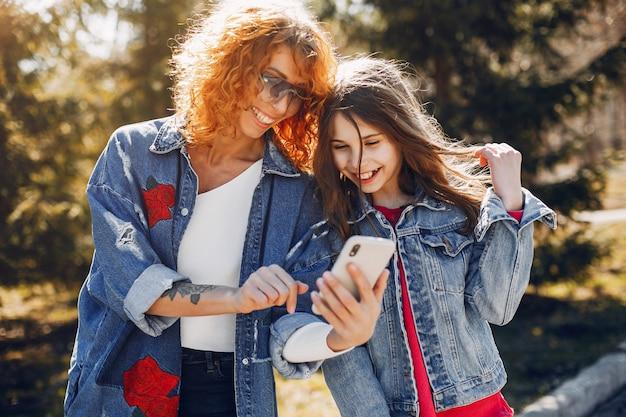 夏の公園で娘と一緒に優雅な母