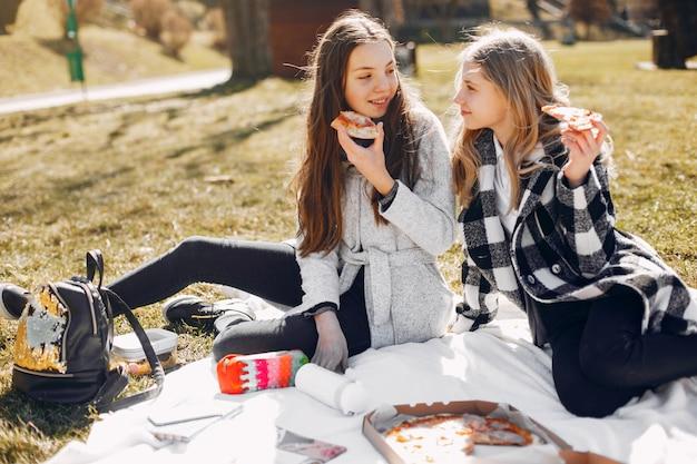 夏の公園で二人のかわいい女の子
