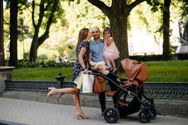 街で買い物袋を持つ家族