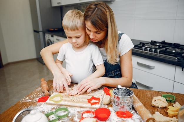 家族はクッキーのために生地を調理する