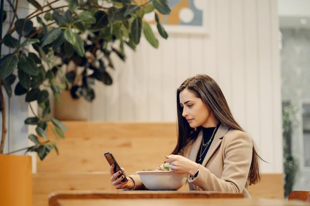 カフェに座っている美しい女の子