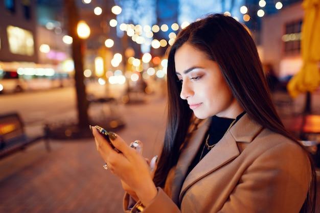 Мода девушка гуляет в вечернем городе
