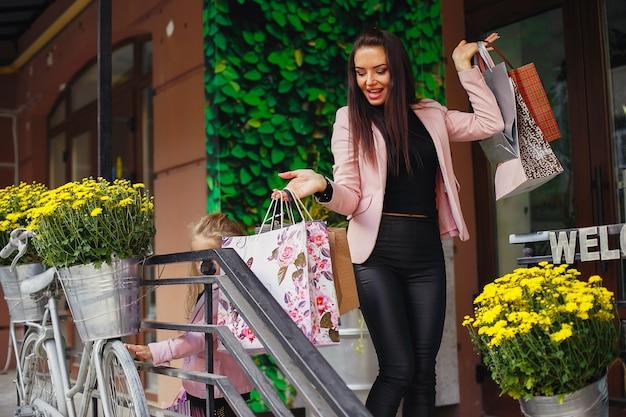 街で買い物袋を持つ女性
