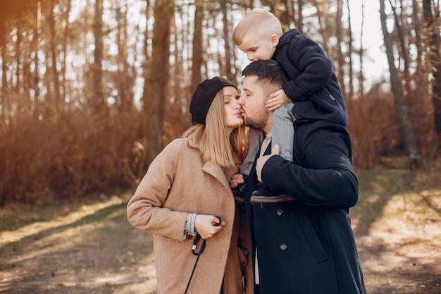 かわいい家族が公園で遊んで