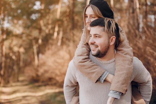 美しいカップルは公園で過ごす
