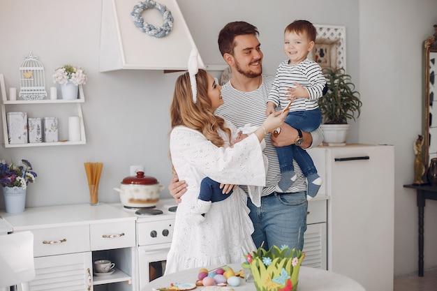 台所で幼い息子を持つ家族