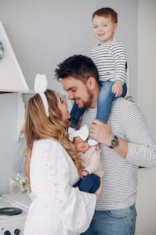 Семья с маленьким сыном на кухне