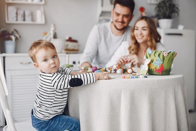 幼い息子の絵を持つ家族