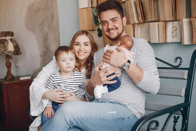 家で座っているかわいい家族