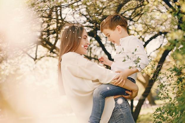 夏の公園で遊ぶ息子を持つ母