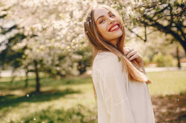 春の公園でエレガントな女の子