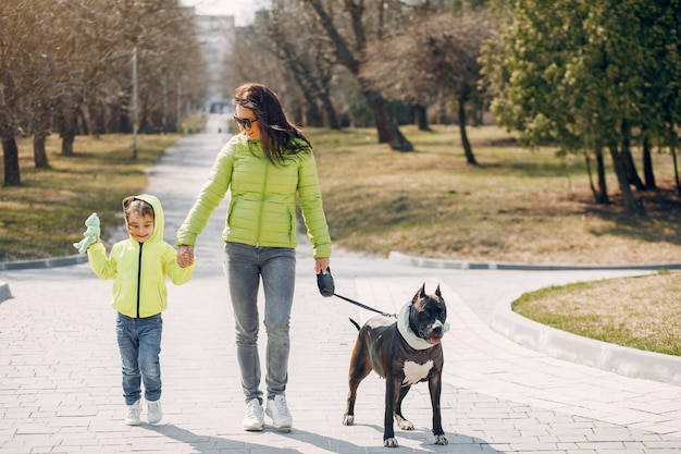 公園でかわいい家族