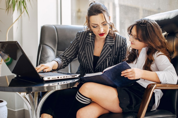 オフィスで娘と一緒に実業家