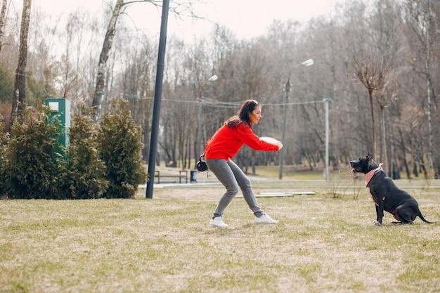 公園でスポーツの女性