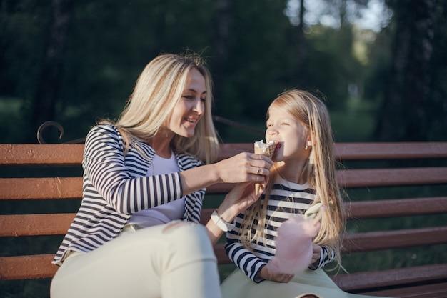 母は彼女の娘に彼女のアイスクリームを与えます
