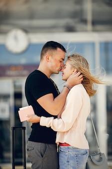 空港で美しいカップルの立っています。