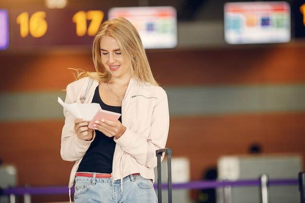 Красивая девушка, стоя в аэропорту